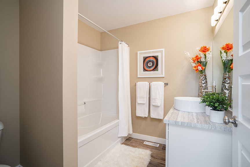 17. 563 Blvd - Main Bathroom - Broadview Homes The Upton DG 47 A