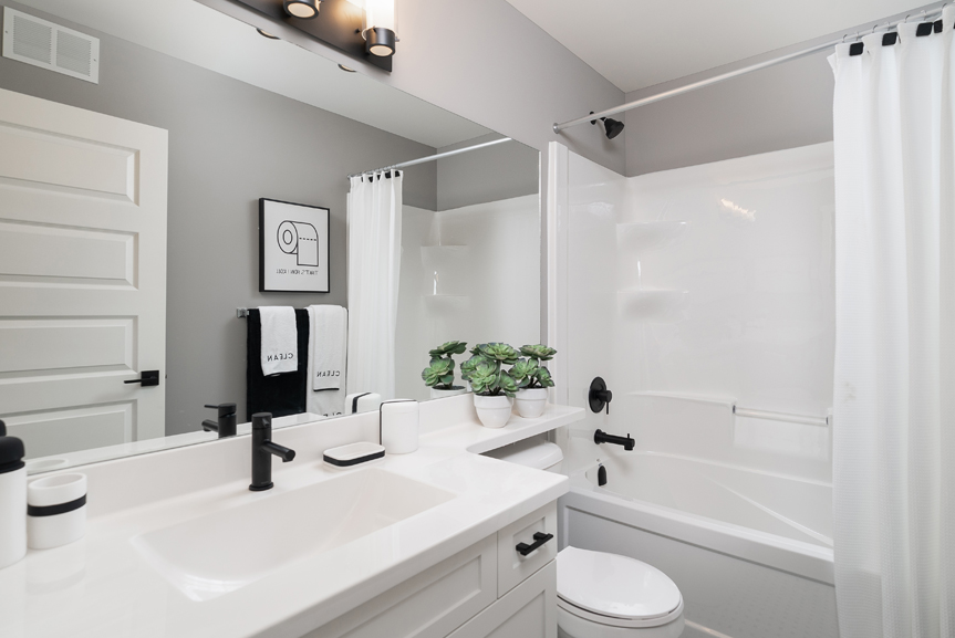 16. 88 Skyline Main Bathroom - Broadview Homes The Monticello DG 16 G