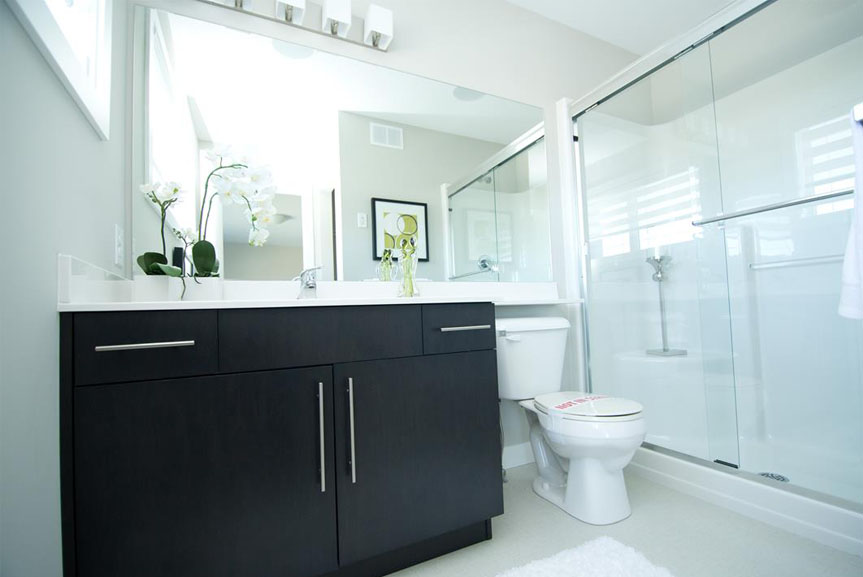 Contemporary Ensuite with Dark Cabinets and Light Walls and Flooring